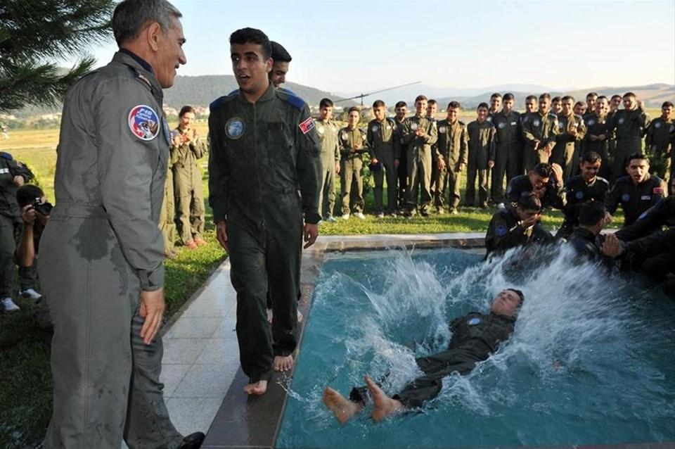 Komutan öğrencileri havuza attı