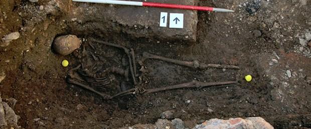 Kralı küçük bir mezara aceleyle gömdüler