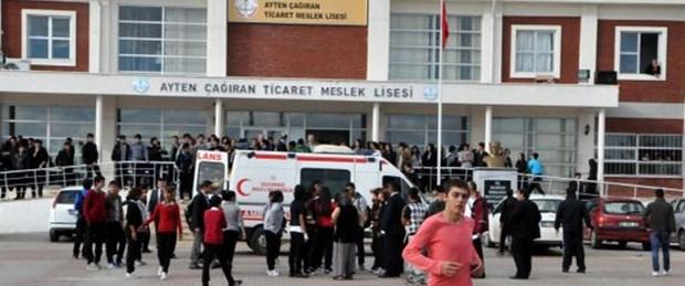 Liseyi basıp dersteki öğrencilere saldırdılar