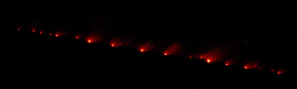 17 Mayıs 1994'te çekilen fotoğrafta, 21 parçaya ayrılmış Comet Shoemaker–Levy 9 kuyruklu yıldızı görülüyor (Büyütmek için tıklayın).
