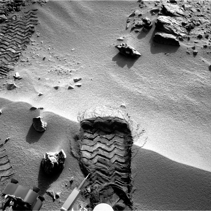 Curiosity'nin tekeriyle Mars kumunda bıraktığı iz.