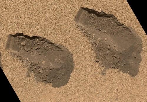 Curiosity'nin 84'üncü Mars gününde (31 Ekim 2012) MAHLI cihazıyla kumdan numune alırken oluşturduğu 4 cm genişliğindeki izler