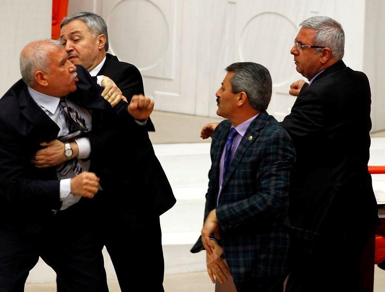 Meclis'te yumruklar sıkıldı