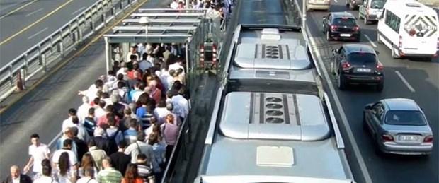 Metrobüs durdu, E-5 bir süre trafiğe kapatıldı