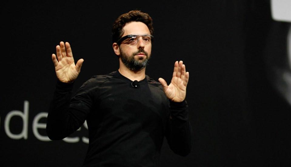 Google'ın kurucularından Sergey Brin, Google Glass'ı tanıtırken.