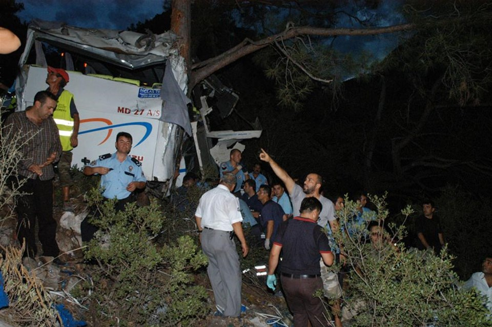 Midibüs uçuruma yuvarlandı: 4 ölü