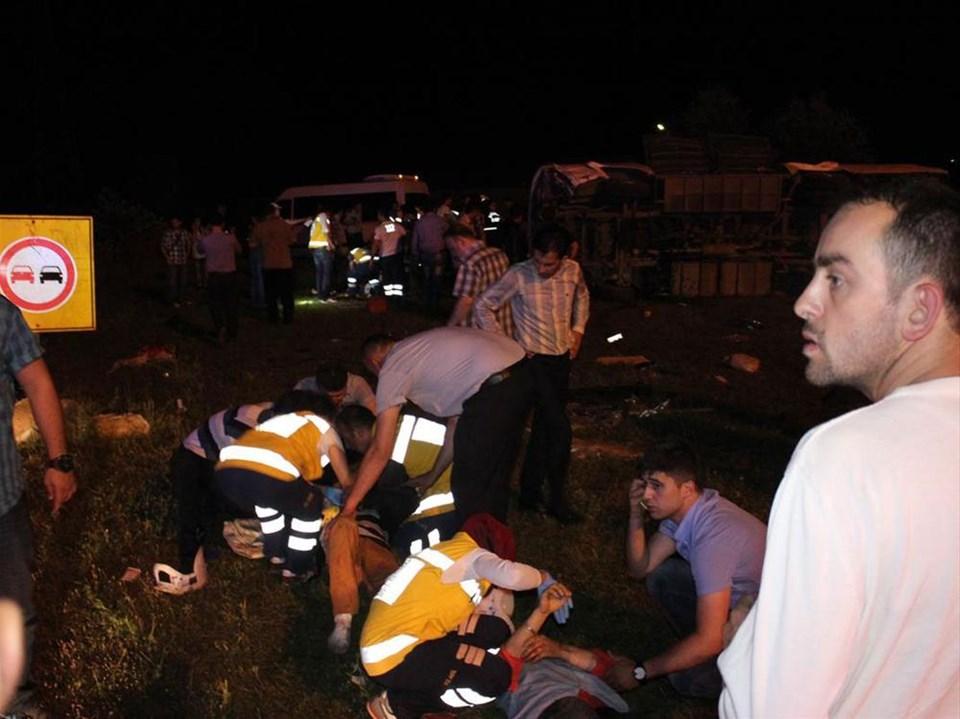 Midibüsle otomobil çarpıştı: 20 yaralı