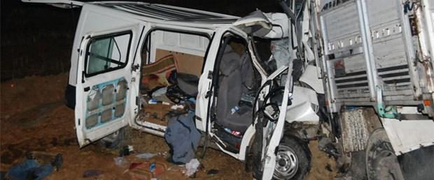 Minibüs ile kamyon çarpıştı: 6 ölü