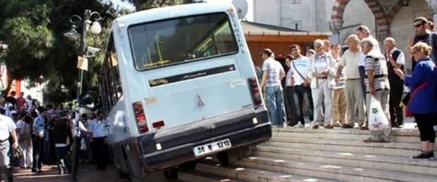 Minibüs kaldırıma daldı: 6 yaralı