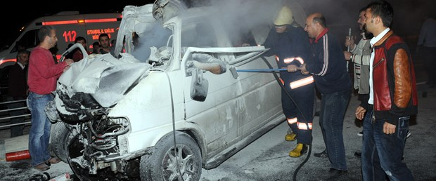 Minibüs kamyona çarptı: 3 ölü