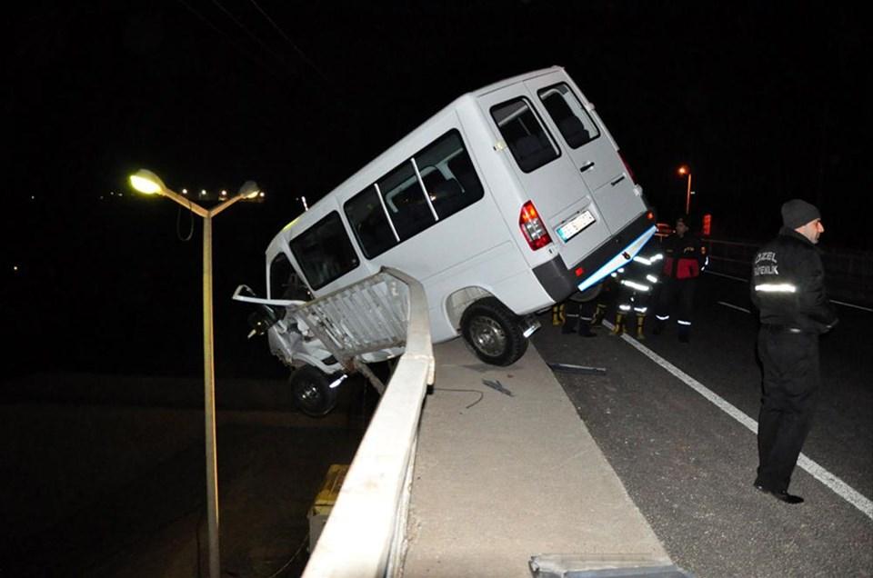 Minibüs şoförü aşağıya düştü