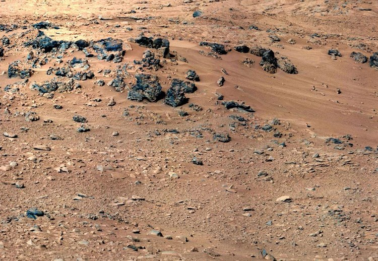 Curiosity'nin 28 Eylül 2012'de Rocknest bölgesinde çektiği fotoğraf. Curiosity, en son numuneleri burada topladı (büyütmek için tıklayın).