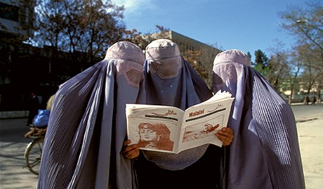 Reza'nın yönettiği AINA'nın(Ayna)çıkardığı ilk kadın dergisi