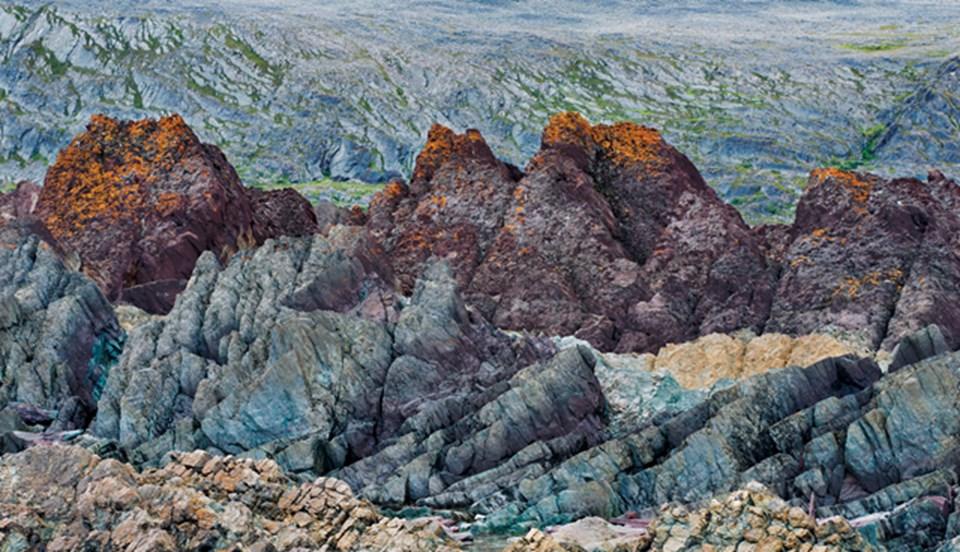 Varanger Yarımadası'nda erozyon, araziyi tortul kayalardan oluşan süslemelerle bezemiş.