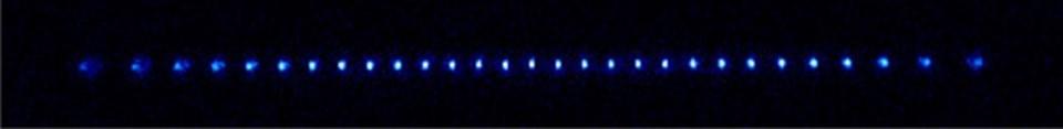 İyon kapanında soğutulan Th3+ iyonuna ait 29 atomdan oluşan sıra.