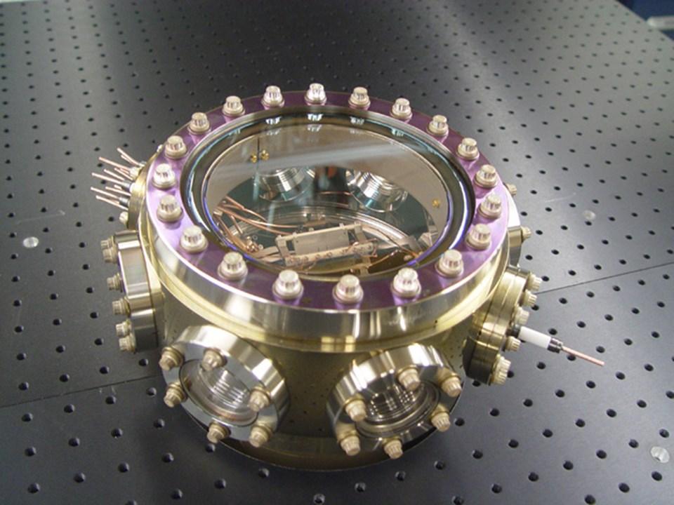 RF iyon kapanını bulunduran yüksek vakum haznesi.