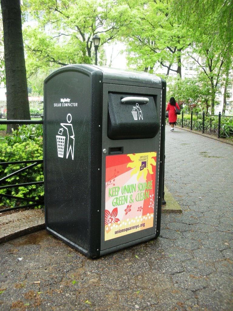 Bu da güneş enerjisi ile çalışan bir çöp kutusu... Artık dünyanın pek çok yerinde güneş enerjisi günlük hayatın içinde kullanılıyor...