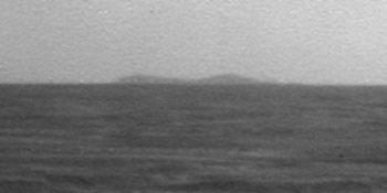 """İnternet sitesi """"space.com""""da yer alan, robotlardan Opportunity'nin panoramik kamerasıyla çekerek gönderdiği son fotoğrafta, hedefi, 22 kilometre çapındaki dev Endeavour Krateri ufukta görünüyor."""