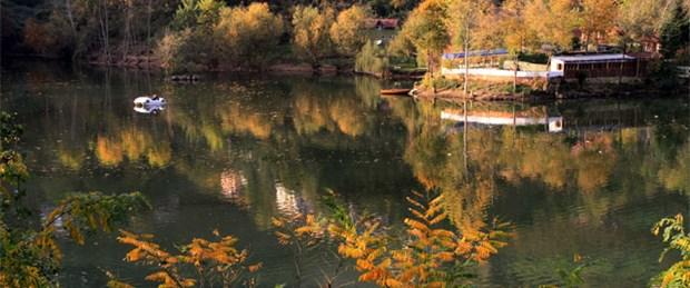 Öpüşenlere kızdı, gölü ikiye ayırdı