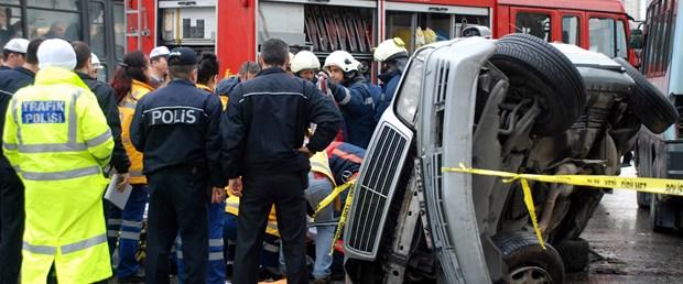 Otomobil durağa daldı: 3 ölü, 2 yaralı