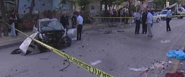 Otomobil park duvarına çarpıp takla attı: 2 ölü