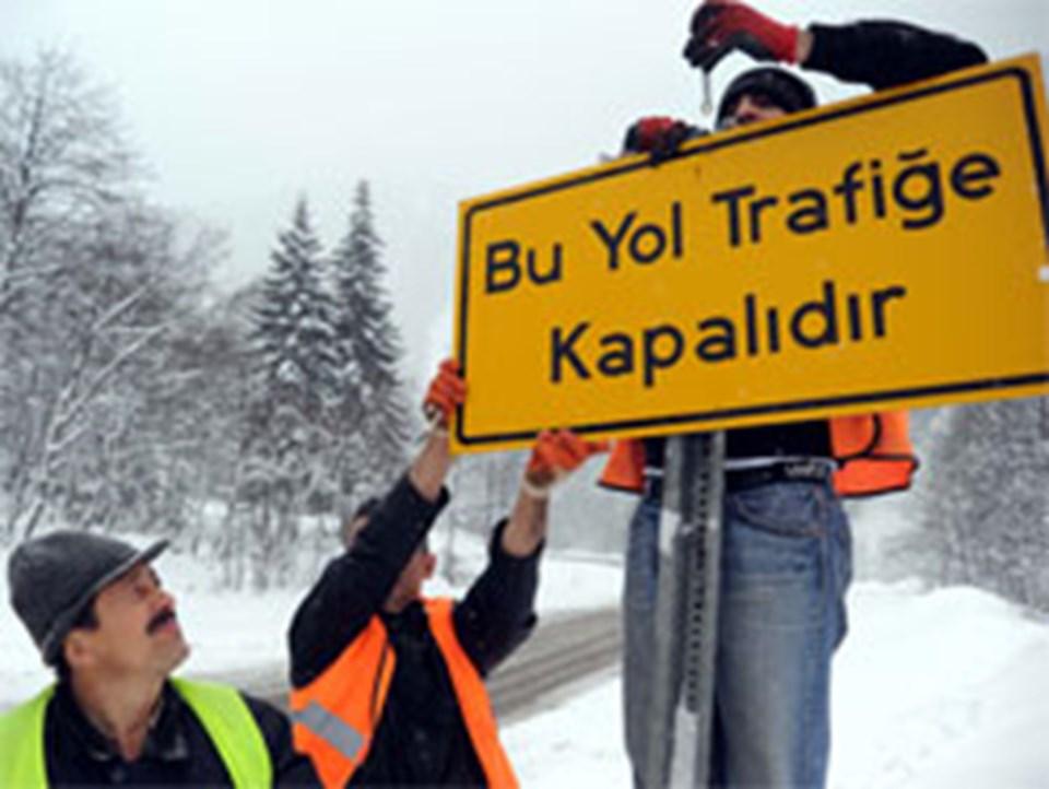 İkizdere-İspir karayolunun Karayolları 103. Şube Şefliği mevkisinde, ''Dikkat bu yol 17.00-07.00 saatleri arasında trafiğe kapalıdır'' levhası yerine ''Bu yol trafiğe kapalıdır'' levhaları asıldı.