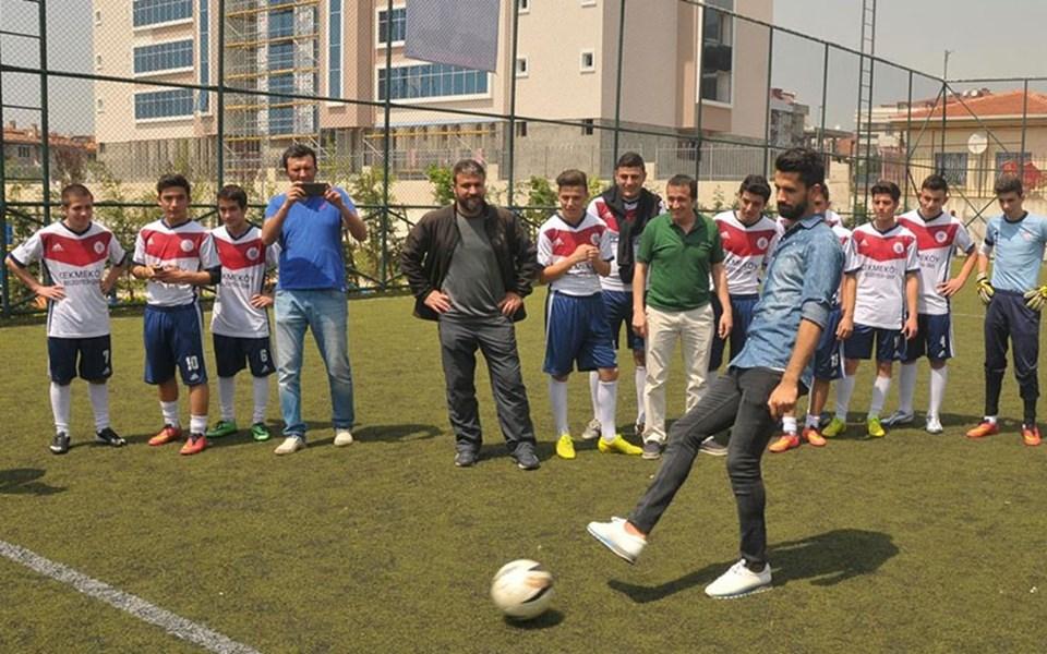 Futbolcular Alper ve Hasan Ali halı sahada Çekmeköysporlu kaleciye birer şut çektiler