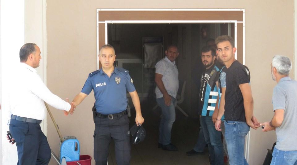 Polisamiri, şüpheliyi kapıda böyle karşılamıştı.