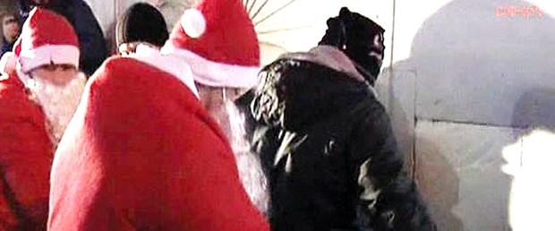 Polis Noel Baba'lar tacizciye göz açtırmadı