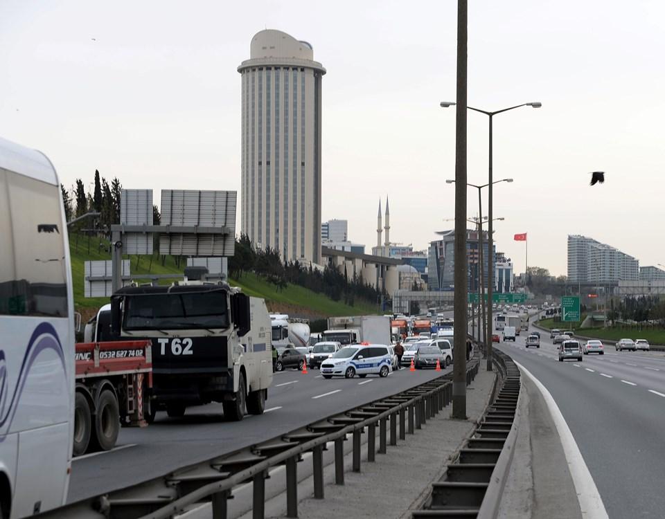 Kaza nedeniyle TEM'de trafik bir süre durdu.