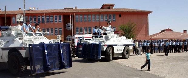 Polise taşlı saldırı: 6 yaralı