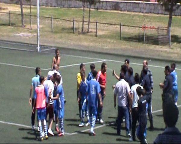 Polisten genç futbolculara biber gazı