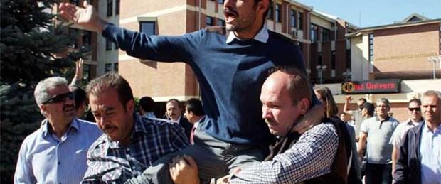 Protestocu öğrenciye omuzlarda gözaltı