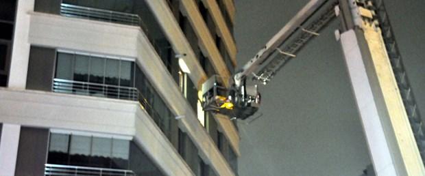 rezidansin-balkonunda-mahsur-kalan-3-genci-itfaiye-kurtardi.jpg