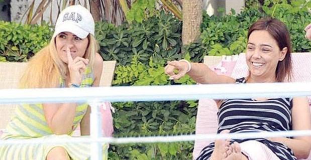 Ayşegül Akgün, şarkıcı Ebru Gündeş ile 3 yıl önce birlikte tatil yapmıştı...