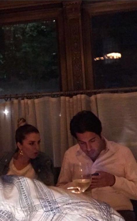 Ayşegül Akgün ve Rıza Sarraf, New York SoHo'daki bir restorandaböyle görüntülenmişti.