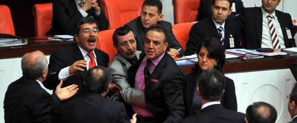 Sakık CHP'li Aslanoğlu'na yumruk attı