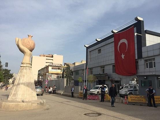 Şanlıurfa'nın Suruç ilçesinde bombalı araçla saldırı gerçekleştirildi, olayda saldırgan ölü ele geçirildi. Olayın ardından polis ekipleri belediye binası önündeki güvenlik önlemlerini artırdı.