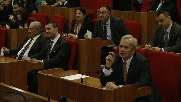 İstanbul Şişli Belediye Meclisi'nin Ocak ayı oturumunda Şişli Belediye Başkanı Hayri İnönü ile eski başkan Mustafa Sarıgül'ün oğlu Emir Sarıgül yan yana oturmuş ancak göz göze gelmemişti.