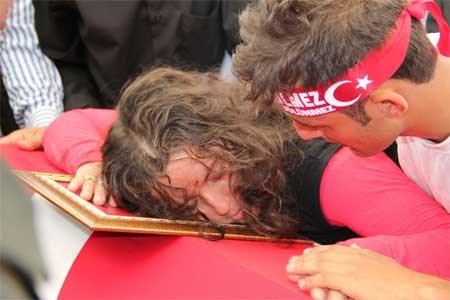 Şehit Uzman Çavuş Hikmet Güler'in eşi Dilek Güler, tabuta sarılarak gözyaşı döktü.