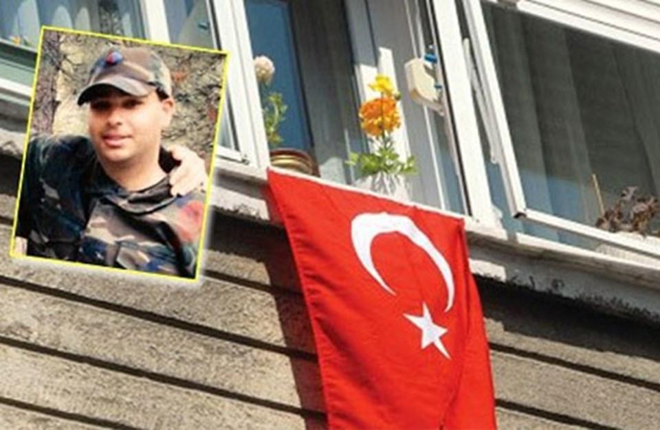 Şehit erin İstanbul'daki evine Türk bayrağı asıldı.
