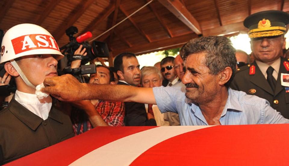 Şehit Piyade Uzman Çavuş Erdoğan Sönmez'in babası İlyas Sönmez, tabutun başında nöbet tutan askerlerin terini sildi.