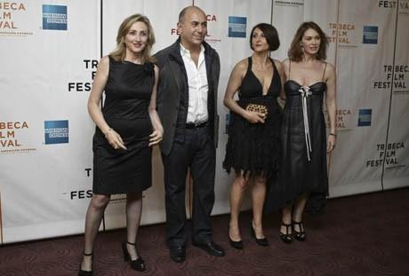 Özpetek, oyuncular Nicole Grimaudu (Sağda), Lunetta Savino (Solda) ve Elena Sofia Ricci (En sağdaki)