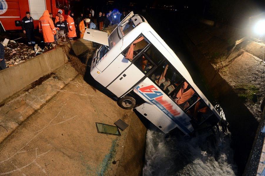 Servis aracı kanala uçtu