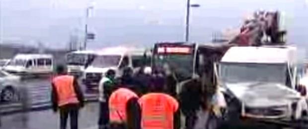 Servis minibüsü metrobüsle çarpıştı