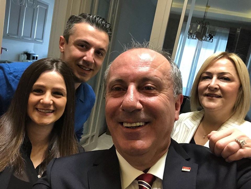 """Sabah saatlerinde ailesiyle birlikte çektiği selfieyi Twitter hesabından paylaşan Muharrem İnce, """"Biz hazırız""""ifadelerini kullandı."""
