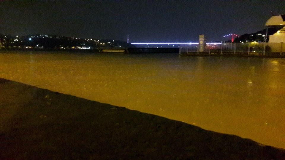 İstanbul'da şiddetli yağış, Boğaz'ın rengini adeta çamura büründürdü.