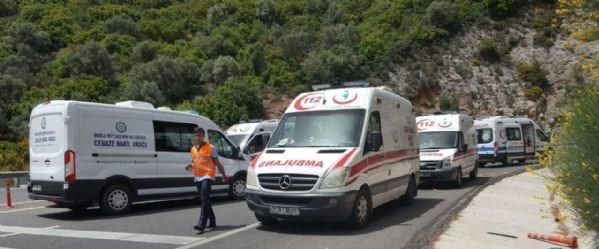 Kaza, dün saat 12.30 sıralarında, Muğla- Marmaris karayolunun Sakar Geçidi rampasında meydana geldi. Kazanın olduğu bölgede yol çift şeritli olarak trafiğe kapatıldı. Bölge, vatandaşların izdiham yaratması nedeniyle 1 kilometrelik güvenlik şeridine alındı.