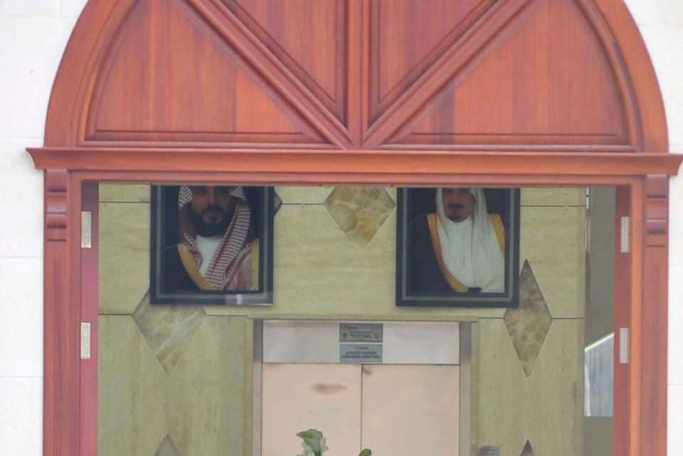 Şüpheli villada Kral Selman ve Veliaht Prens'in fotoğrafları girişte yer alıyor.