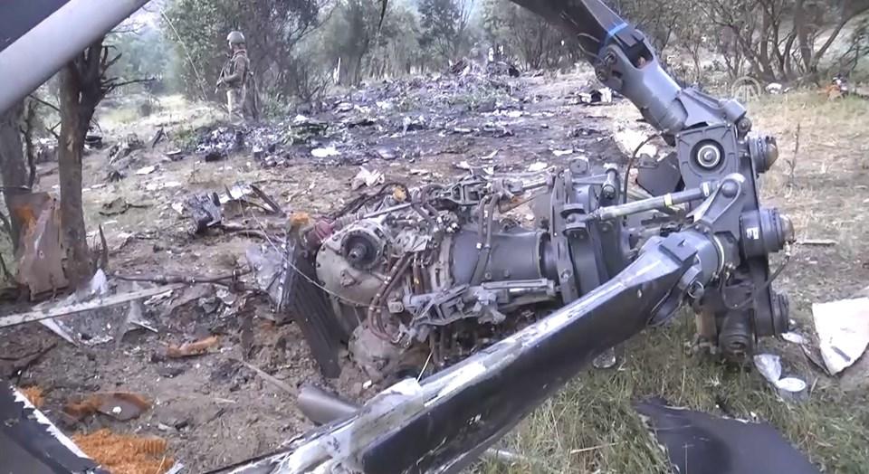 Düşen askeri helikopterin enkaz görüntüleri